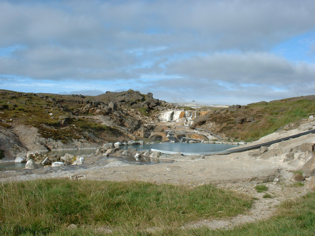 A closer look at the Hveravellir hot tub. Aug 2004.